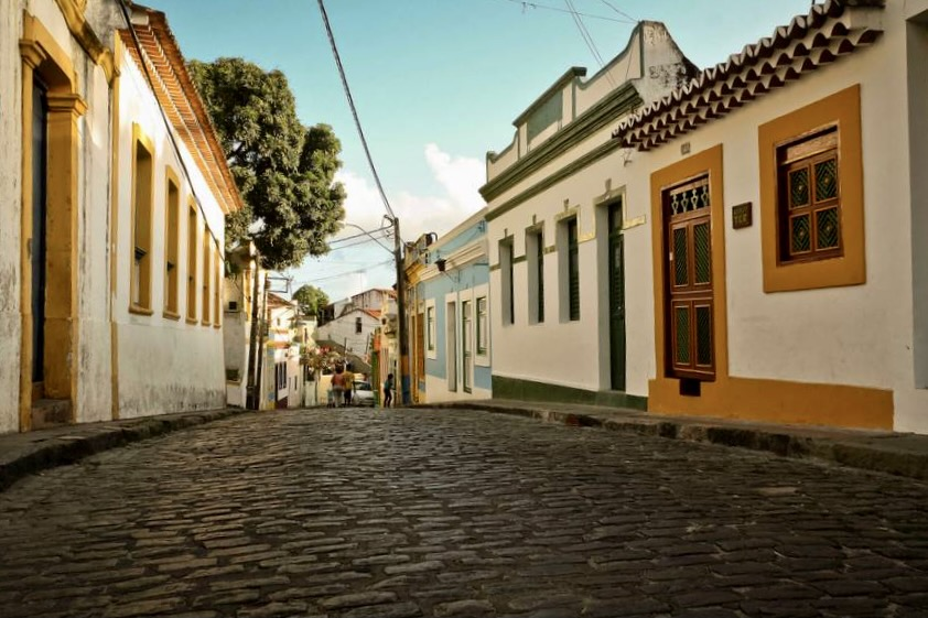 Com restaurantes, pousadas e ateliês, a Rua do Amparo é o epicentro cultural da cidade