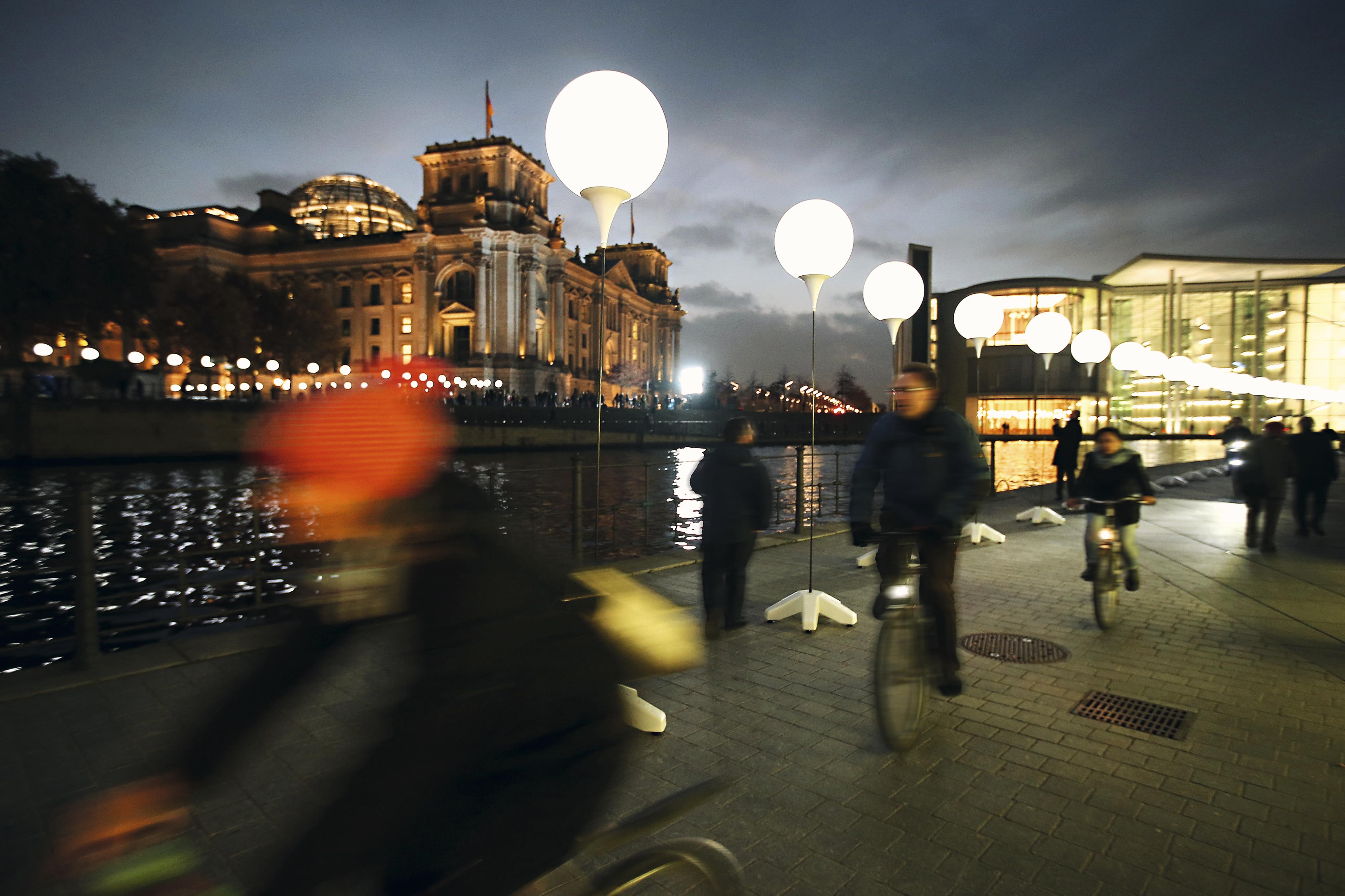 Rio Spree com luzes do Reichstag, Berlim, Alemanha