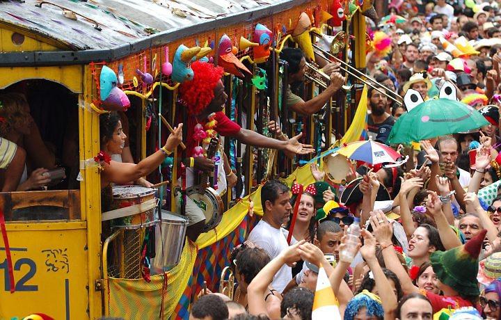 Desfile do Bloco Céu na Terra no bonde de Santa Teresa, no Rio de Janeiro