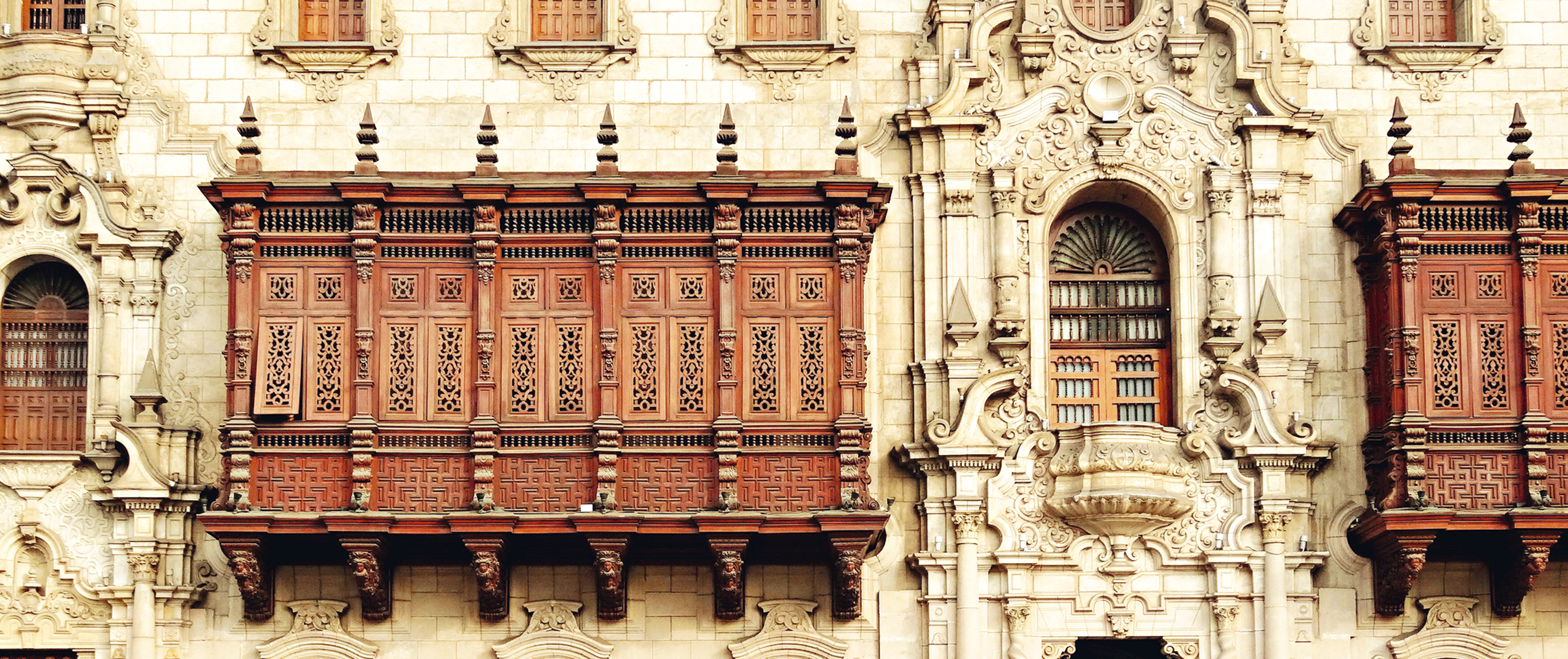 No Palácio Arquiepiscopal, um exemplar de balcone - varanda de madeira talhada