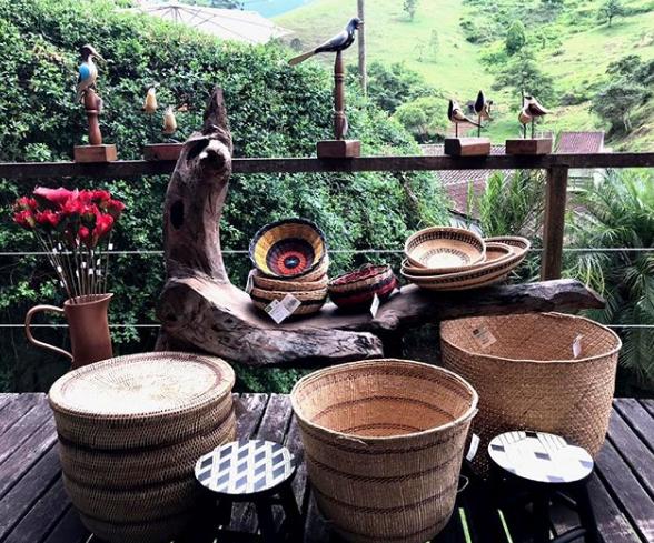 Cestos da loja Amantiquira, que faz uma boa curadoria de artesanato brasileiro