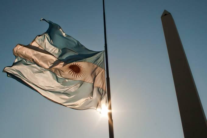 Bandeira da Argentina e Obelisco na avenida 9 de Julio, em Buenos Aires