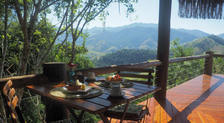 Café da manhã entre as montanhas na pousada Chapéu de Palha