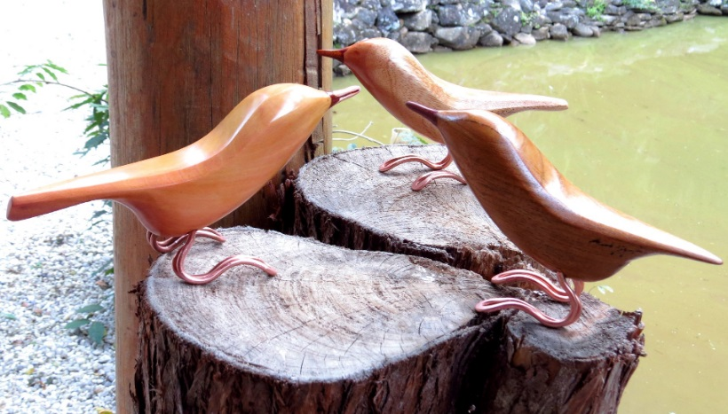 Passarinhos feitos com madeira de reaproveitamento no ateliê de Eduardo Miguel