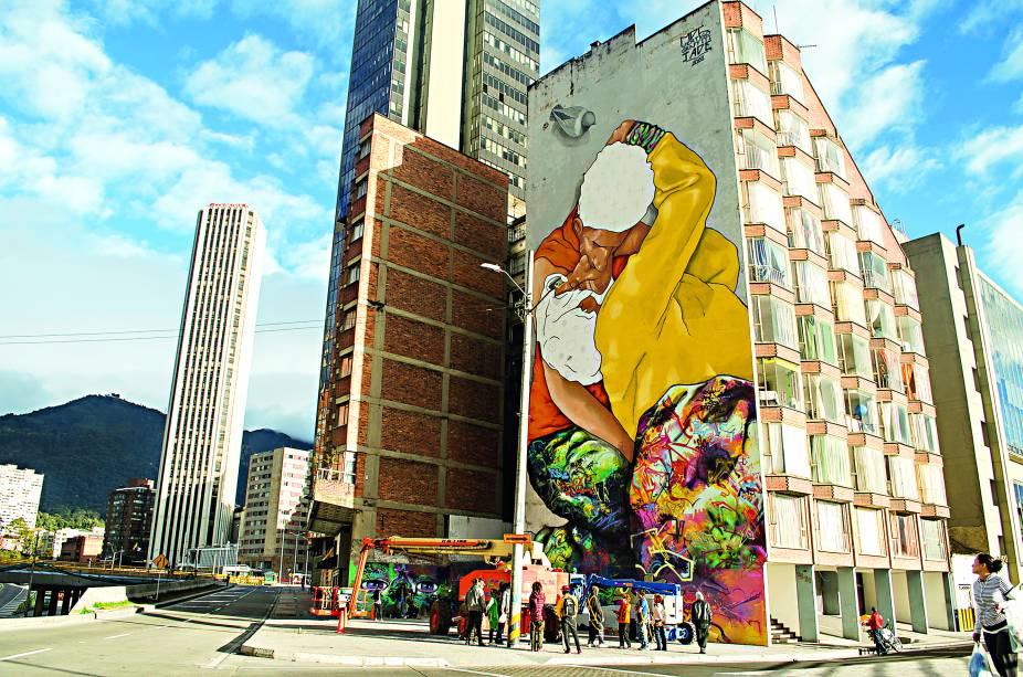 Na Calle 26, o grafitão El Besos de Los Invisibles