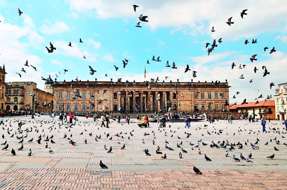 O prédio do Congresso (e as pombas) na Plaza de Bolívar