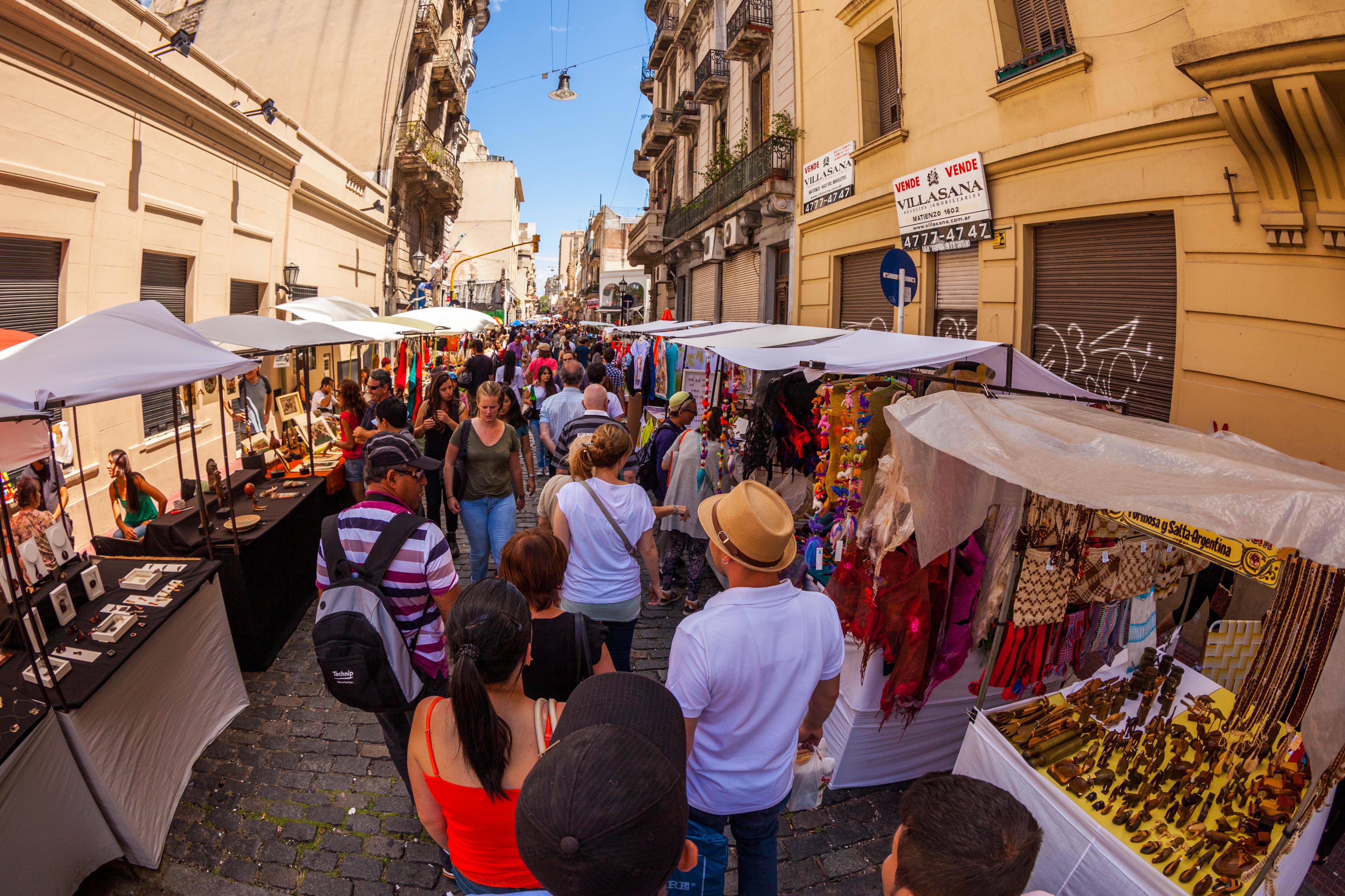 Turistas se agrupam em multidão durante a feira de San Telmo, aos domingos