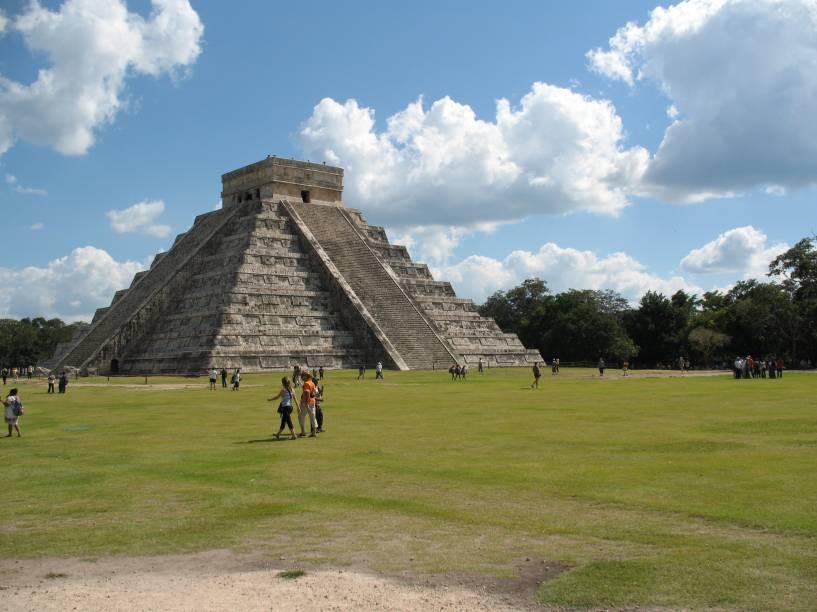 """<strong>Chichén Itzá</strong> A Pirâmide de Kukulkán ou """"El Castillo"""", nas ruínas maias de Chichén Itzá, projeta efeitos visuais de sombra e luz nos solstícios e equinócios. Ao entardecer, a imagem da """"serpente emplumada"""" – deidade mesoamericana conhecida como quetzalcoátl ou kukulcán – desce pelos degraus da construção, em um espetáculo natural acompanhado de perto por centenas de turistas todos os anos. El Castillo guarda ainda outra curiosidade: cada uma de suas quatro faces tem 91 degraus, perfazendo um total de 364 – contanto com a base do topo, último degrau comum a todos os lados, chega-se ao número de dias do ano"""