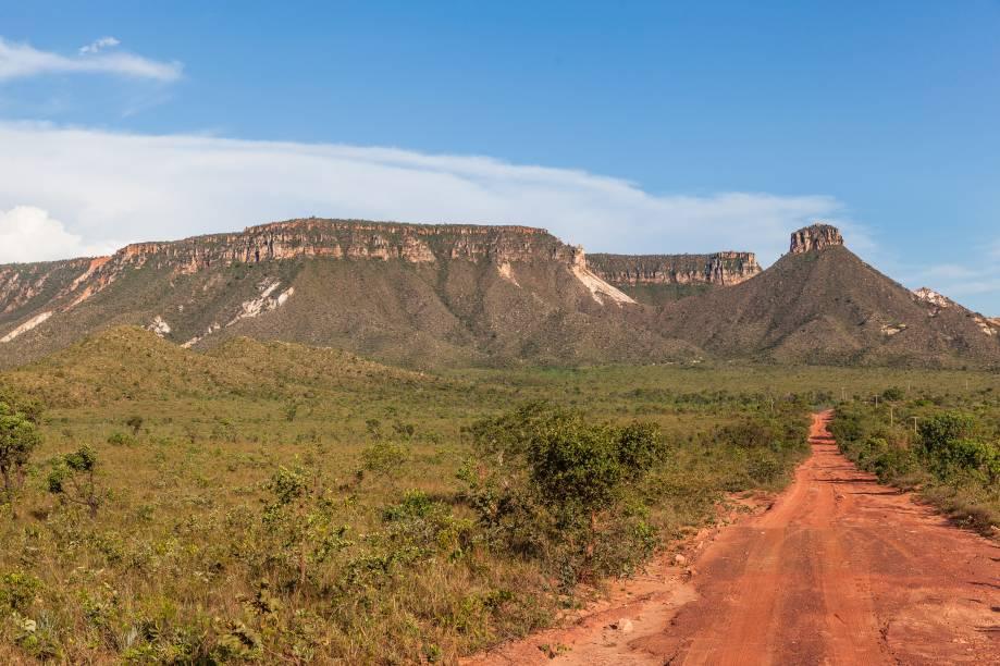 """Um dos cenários mais famosos do <strong>Parque Estadual do Jalapão</strong>, no Tocantins, é essa vista para o <a href=""""https://turismo.to.gov.br/regioes-turisticas/encantos-do-jalapao/principais-atrativos/mateiros/mirante-da-serra-do-espirito-santo/"""" target=""""_blank"""" rel=""""noopener""""><strong>mirante do Espírito Santo</strong></a> e a estrada de terra que segue reto em direção ao chapadão"""