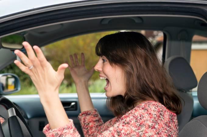 Mulher brava dentro de carro alugado
