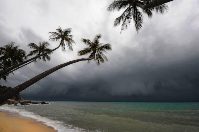 Furacão se aproxima de uma praia