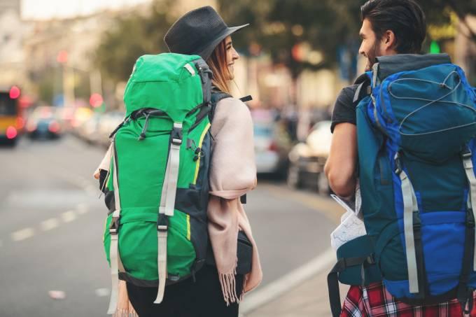 Mochileiros viajantes conversam em rua