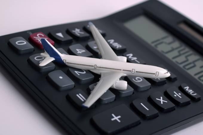 Calculadora réplica de avião custos viagem milhas iStock