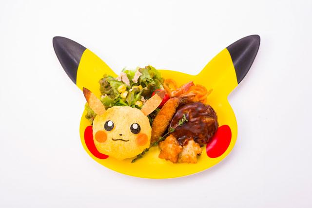 """O <a href=""""https://www.pokemoncenter-online.com/cafe/en"""" target=""""_blank"""" rel=""""noopener"""">café</a>, em <a href=""""http://viajeaqui.abril.com.br/cidades/japao-toquio"""" target=""""_blank"""" rel=""""noopener"""">Tóquio</a>, foi o primeiro restaurante oficial do Pokémon no mundo. O estabelecimento tem vários pratos <em>kawaii</em> com o formato dos personagens da série, especialmente o protagonista Pikachu. Hambúrgueres, omelete, curry e panquecas fazem parte do menu, onde todos os pratos são devidamente e caprichosamente adequados ao tema - até as bebidas de café têm um toque especial, com desenho dos pokémons na espuma. As louças do formato dos personagens, como os pratos, podem ser levadas para casa e os fãs podem comprar souvenires na lojinha do café. Em tempo: para entrar, somente com reservas, que <a href=""""https://www.pokemoncenter-online.com/cafe/en"""" target=""""_blank"""" rel=""""noopener"""">podem ser feitas online</a>. Em 2019, uma unidade do Pokémon Cafe também foi inaugurada na cidade de Osaka."""