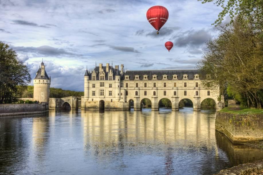 """Os castelos são a principal atração quando se voa sobre o <a href=""""http://viagemeturismo.abril.com.br/cidades/vale-do-loire/"""">Vale do Loire</a>, na <a href=""""http://viagemeturismo.abril.com.br/paises/franca-2/"""">França</a>. Um dos mais sobrevoados é o <a href=""""http://viagemeturismo.abril.com.br/atracao/chateau-de-chenonceau/"""">Chenonceau</a> (foto), que passa por cima do Rio Cher. Mas não é só de construções renascentistas que é feita a beleza do passeio sobre o Vale. Jardins meticulosamente elaborados, campos de centeio, áreas verdes e, obviamente, o Rio Loire completam as atrações a serem observadas de cima."""
