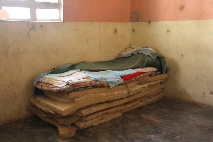 Colchão velho sem colcha quarto
