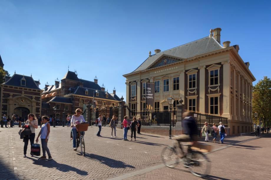 """<strong><a href=""""http://viajeaqui.abril.com.br/estabelecimentos/holanda-haia-atracao-casa-de-mauricio-de-nassau-mauritshuis"""" target=""""_blank"""" rel=""""noopener"""">Mauritshuis</a>,<span></span><a href=""""http://viajeaqui.abril.com.br/cidades/holanda-haia/fotos"""" target=""""_blank"""" rel=""""noopener"""">Haia</a></strong><span>A obra mais famosa deste museu é a Moça com Brinco de Pérola, conhecida como a Mona Lisa holandesa, de Johannes Vermeer, mas o museu reúne também muitas outras obras de mestres dos séculos XVII e XVIII, como Rembrandt e Frans Hals.</span>"""