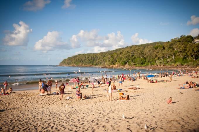 Pessoas em praia em Noosa, Australia