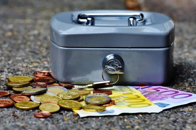 Caixinha de dinheiro cofre com moedas e cédulas de euro