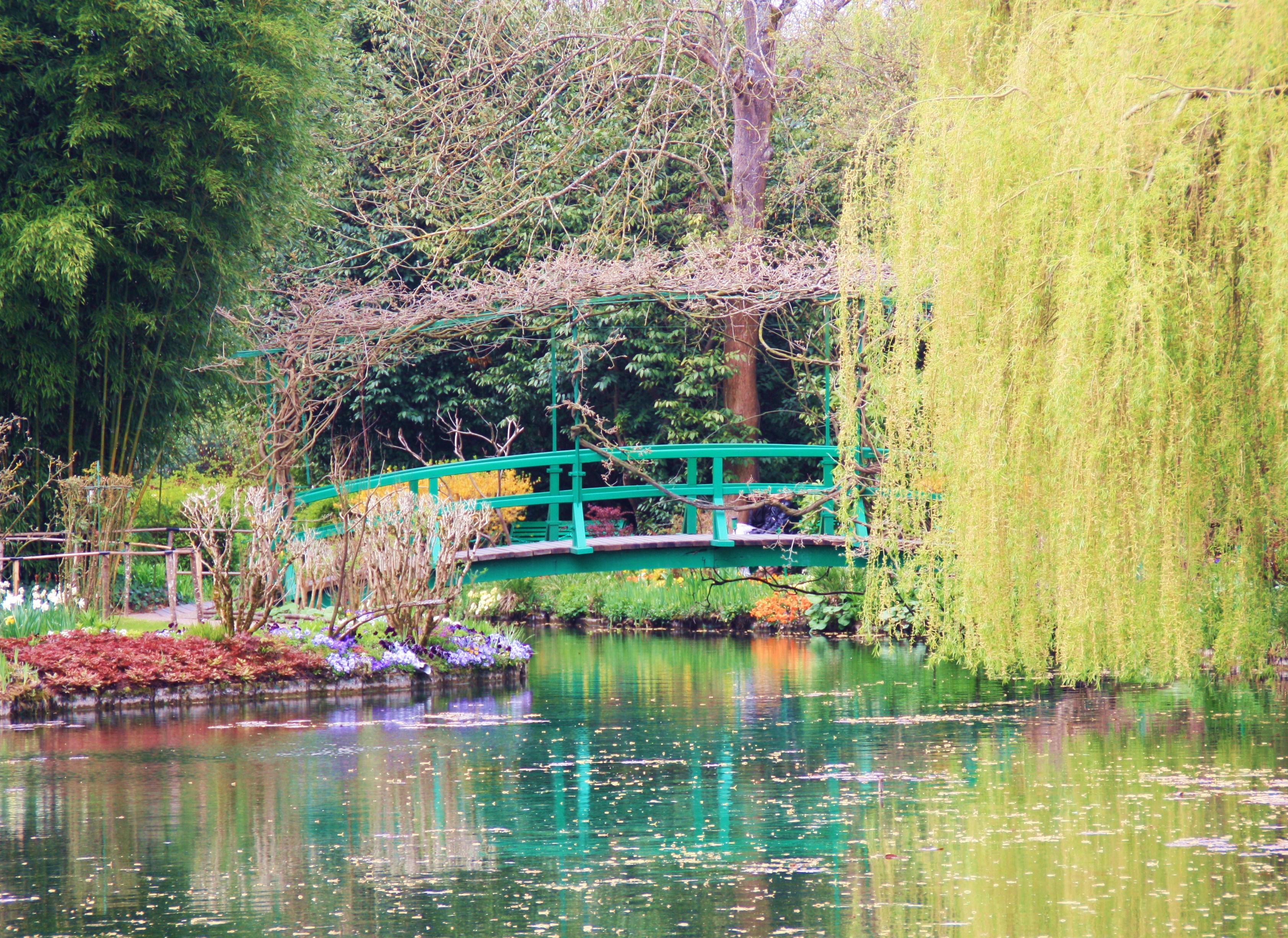 Jardim florido e lago na cidade de Giverny, na França