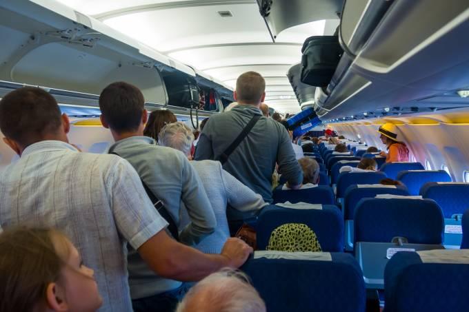 Passageiros esperam para desembarcar de aviao depois de pouso em Moscou, na Rússia