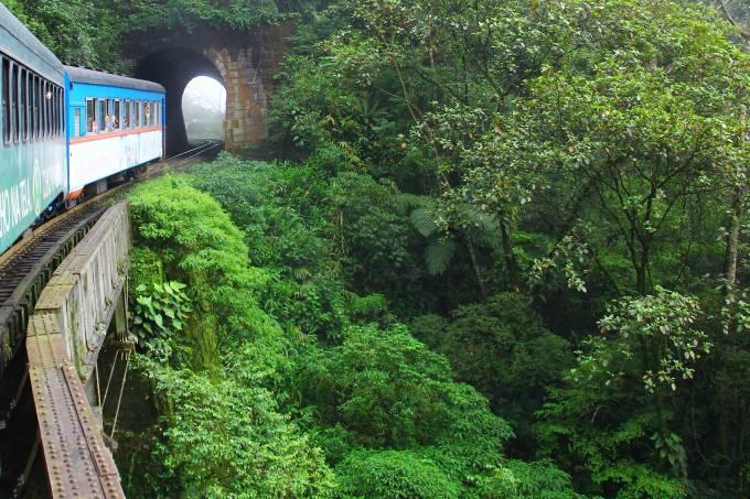 Passeio de trem entre Curitiba e Morretes pela Serra do Mar