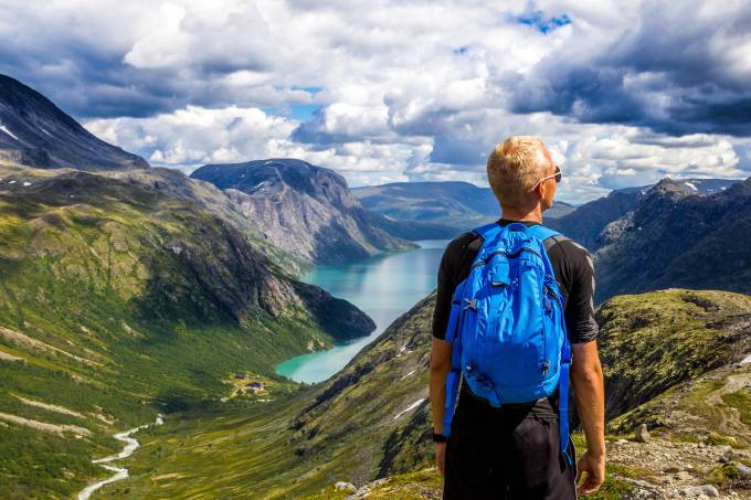 Mochila na paisagem da Noruega