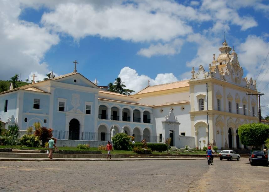 """<strong><a href=""""http://viajeaqui.abril.com.br/cidades/br-ba-cachoeira"""" target=""""_self"""">Cachoeira</a>, <a href=""""http://viajeaqui.abril.com.br/estados/br-bahia"""" target=""""_self"""">Bahia</a></strong> Localizada a cerca de 110 km da capital <a href=""""http://viajeaqui.abril.com.br/cidades/br-ba-salvador"""" target=""""_self"""">Salvador</a>, essa pequena e charmosa cidade do Recôncavo Baiano luta para colocar seus patrimônios históricos entre os mais bem conservados do país. É aqui que fica o maior conjunto arquitetônico barroco do Estado, com fachadas, edifícios e casarios que provocam a sensação de estar voltando no tempo. A história conta que a cidade abrigou os primeiros eventos que resultariam na independência do Brasil. No entanto, é na religiosidade que se encontra o ponto forte do destino, com eventos de religiões de matriz africana tomando suas ruas <em><a href=""""http://www.booking.com/city/br/cachoeira-br.pt-br.html?aid=332455&label=viagemabril-cidades-historicas-do-brasil"""" target=""""_blank"""" rel=""""noopener"""">Veja preços de hotéis em Cachoeira no Booking.com</a></em>"""