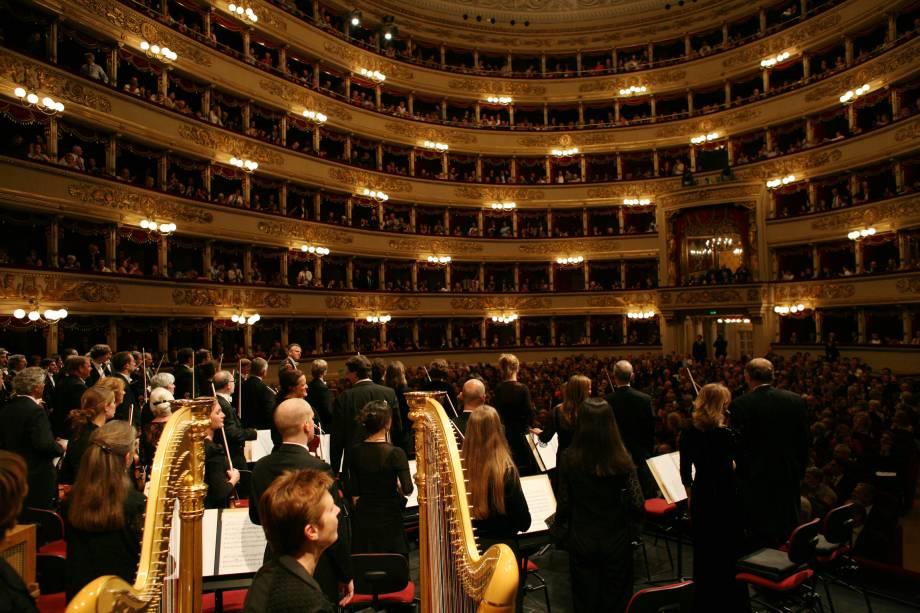 """<strong><a href=""""http://www.teatroallascala.org/en/index.html"""" target=""""_blank"""" rel=""""noopener"""">Teatro alla Scala</a>, <a href=""""http://viagemeturismo.abril.com.br/cidades/milao/"""" target=""""_blank"""" rel=""""noopener"""">Milão</a>, <a href=""""http://viagemeturismo.abril.com.br/paises/italia-2/"""" target=""""_blank"""" rel=""""noopener"""">Itália</a></strong> Um dos mais famosos teatros do mundo foi inaugurado em 3 de agosto de 1778, no lugar de um antigo teatro que pegou fogo depois de uma festa de Carnaval, e desde então tem sido o palco principal das óperas mais tradicionais (e mais importantes) do planeta. Sua capacidade máxima é de 2 800 pessoas, e o teatro é aberto a visitas em dias em que não há apresentações. É possível visitar o seu interior e vislumbrar as dimensões exorbitantes a partir dos camarotes 13, 15 e 18"""