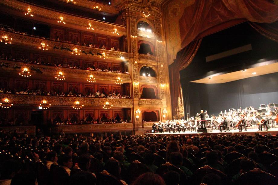 """<strong><a href=""""http://www.teatrocolon.org.ar/"""" target=""""_blank"""" rel=""""noopener"""">Teatro Colón</a>, <a href=""""http://viajeaqui.abril.com.br/cidades/ar-buenos-aires-argentina/fotos"""" target=""""_blank"""" rel=""""noopener"""">Buenos Aires</a>, <a href=""""http://viajeaqui.abril.com.br/paises/argentina"""" target=""""_blank"""" rel=""""noopener"""">Argentina</a></strong> Os hermanos souberam muito bem valorizar a arte e a cultura: o principal teatro do país é considerado um dos melhores do mundo. Inaugurado em 1908 com a ópera <em>Aida</em>, de Giuseppe Verdi, o edifício foi erguido com base nos projetos ecléticos dos arquitetos Francesco Tamburini, Victor Meano e Jules Dormal. Artistas importantes, como as bailarinas Anna Pavlova e Margot Fonteyn, fizeram história no palco. Restaurado em 2010, ele abriga apresentações de ballet, concertos, óperas e, claro, do lendário tango"""