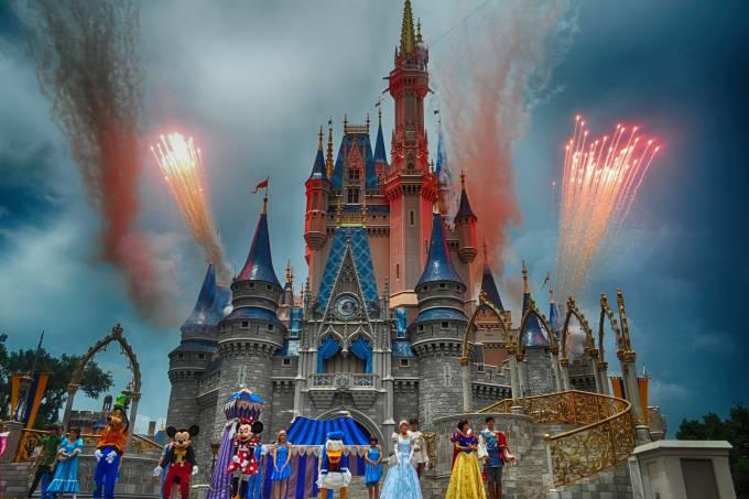 Magic Kingdom, personagens da Disney e Castelo da Cinderela do fundo, na Disney de Orlando Estados Unidos
