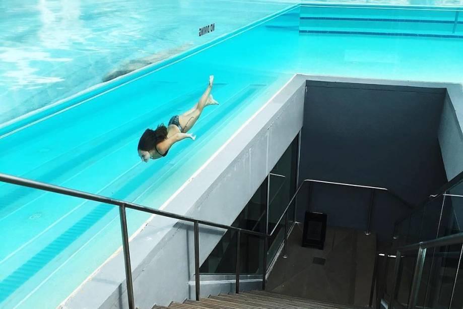 A piscina do hotel W Fort Lauderdale, na cidade de mesmo nome, tem paredes de vidro. Para acessar a piscina no topo do prédio, é preciso subir uma escada que passa no meio da água toda.