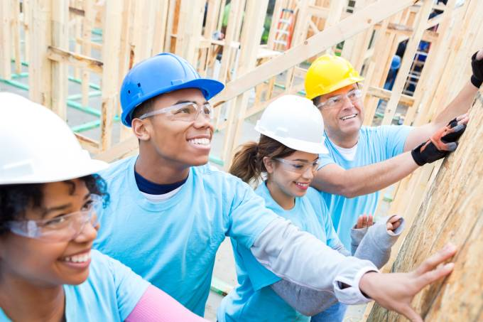 Voluntários constroem casa de madeira intercâmbio