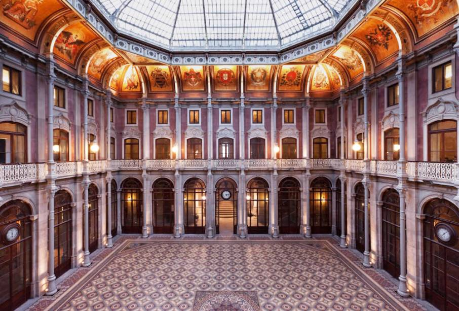 O Palácio da Bolsa tem chão com madeira do Brasil e da África, móveis de nogueira feitos à mão e detalhes em ouro na decoração. Abriga também a Viniportugal, onde é possível provar vinhos de várias regiões do país – e de graça