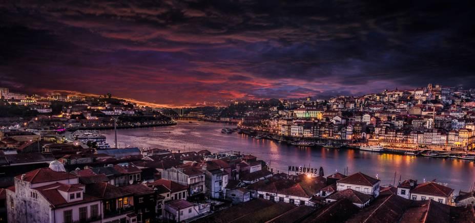 Vista da cidade do Porto durante a noite