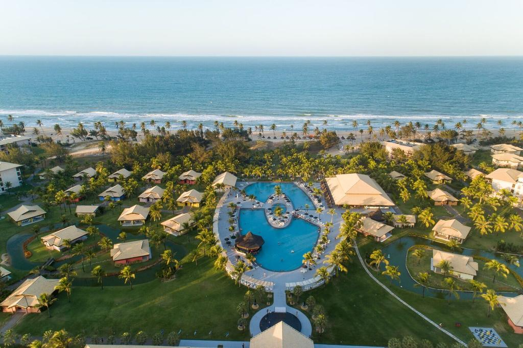 A enorme piscina do Vila Galé Cumbuco em foto aérea