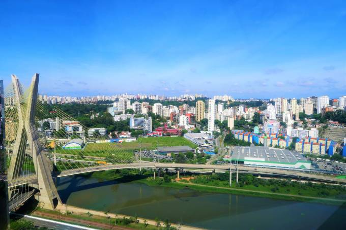 Vista aérea de São Paulo com a ponte estaiada, São Paulo, Brasil