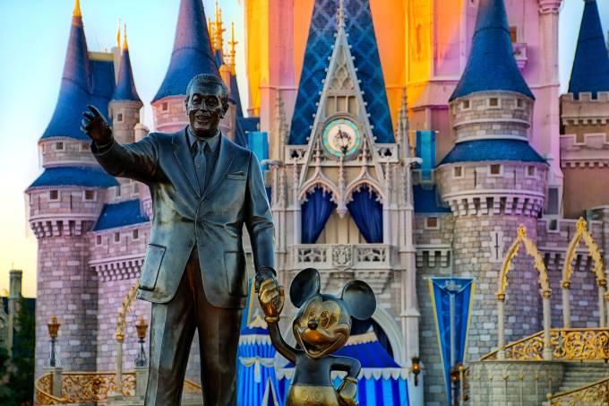 Estátua de Walt Disney e Mickey em frente ao Castelo da Cinderela, no Magic Kongdom, parque do Walt Disney World, em Orlando, Estados Unidos