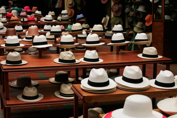 Chapéus panamá a venda em loja em Cuenca, Equador