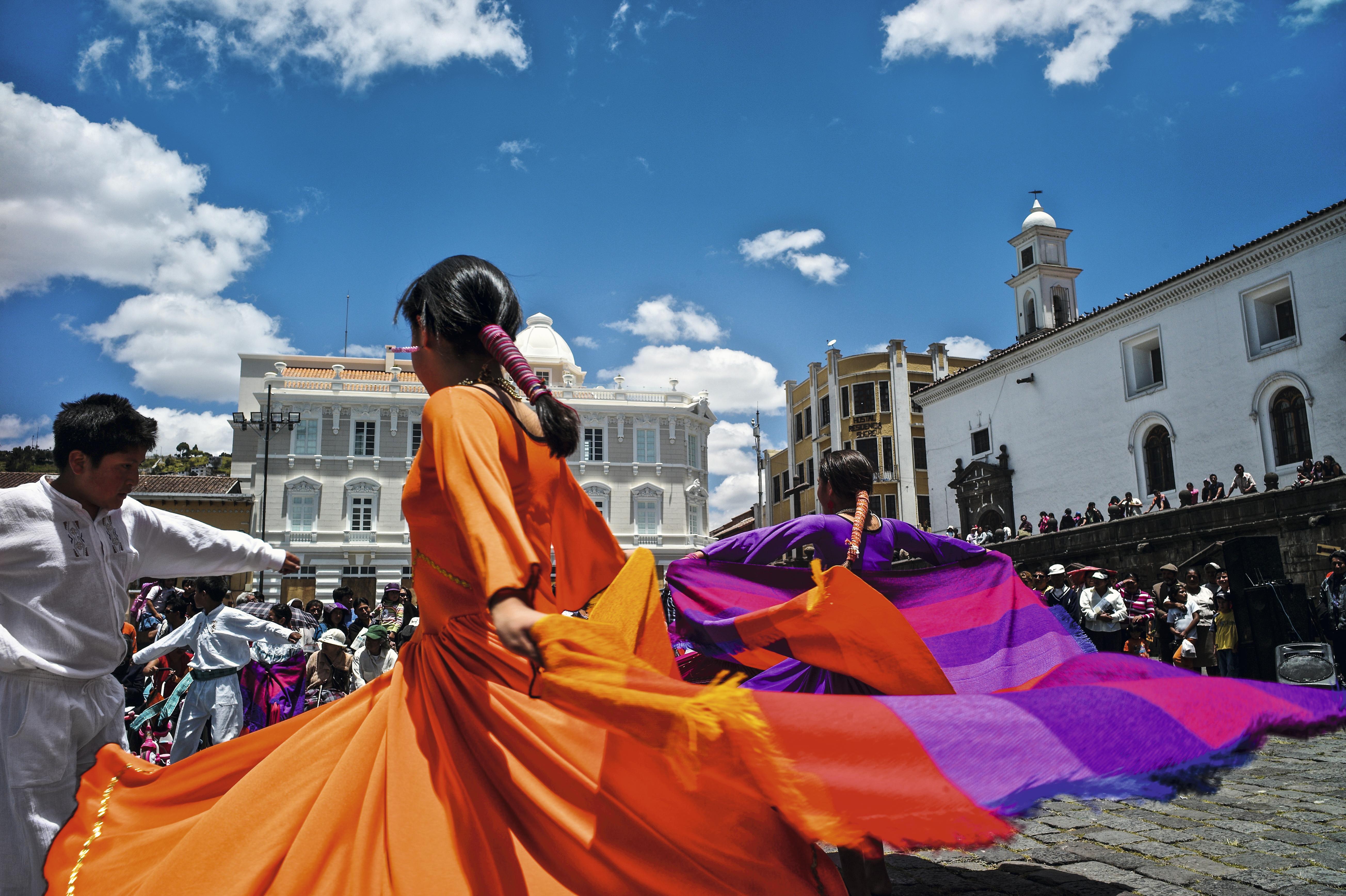 Dançarinas folclóricas na Praça San Francisco, em Quito