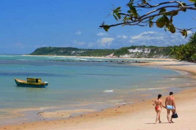 Casal passeia na Praia do Espelho, em Trancoso, na Bahia