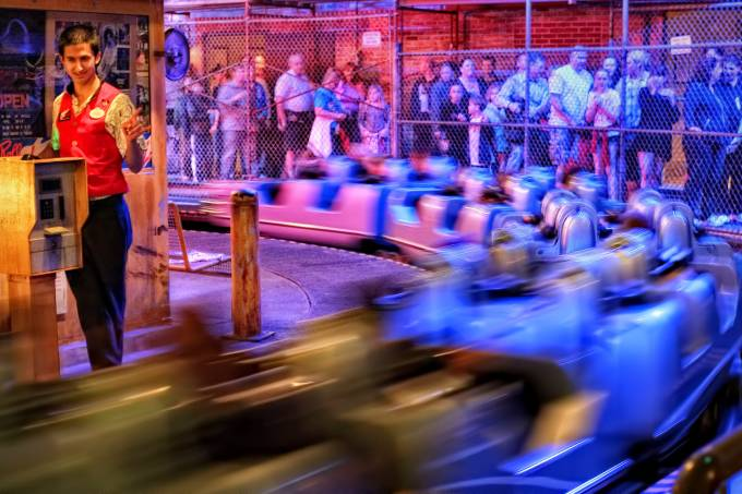 Fila de espera do brinquedo Rock 'n' Roller Coaster Starring Aerosmith, do Disney's Hollywood Studios Orlando
