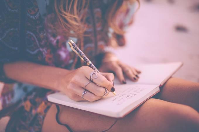 Mulher escreve diario de viagem