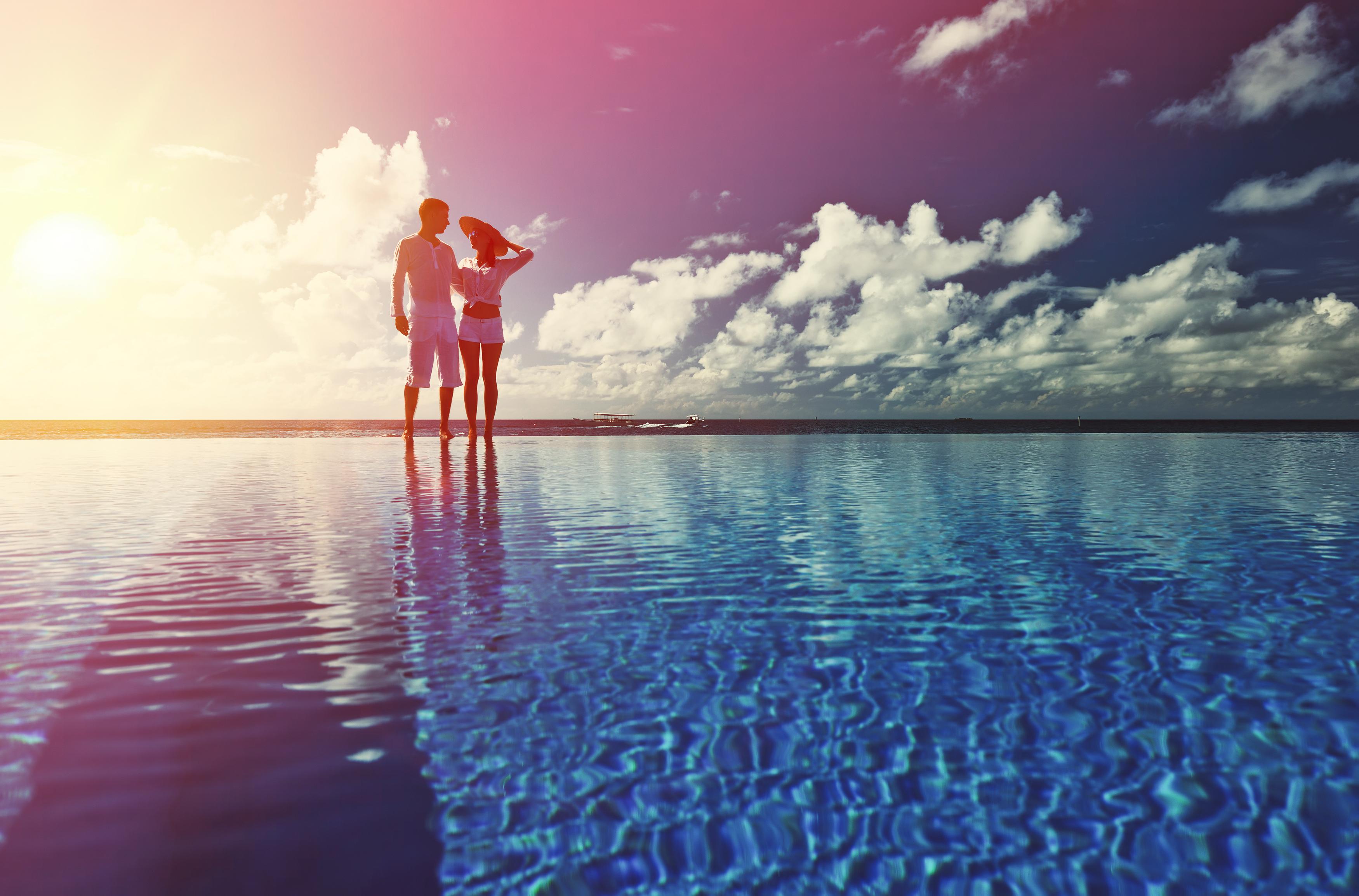 Casal viajantes beira piscina