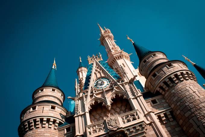 Castelo da Cinderela com o relógio da torre em primeiro plano Walt Disney World Magic Kingdom Orlando Estados Unidos parque