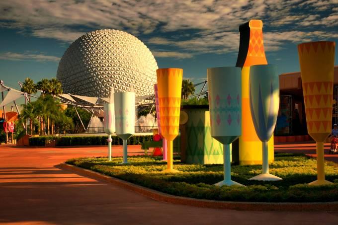 Epcot, da Disney, com taças e garrafas em primeiro plano