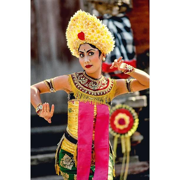 """<a href=""""http://viajeaqui.abril.com.br/cidades/indonesia-bali"""" rel=""""Bali"""" target=""""_blank""""><strong>Bali</strong></a>    São nas várias celebrações que se pode entender melhor Bali. Funerais, festas religiosas, shows - tudo revela as cores dessa ilha na Indonésia reverenciada pelos surfistas por causa de suas ondas perfeitas. Cada região de Bali se especializou em um tipo de artesanato - por isso, a ilha é também um excelente lugar para quem gosta de compras"""