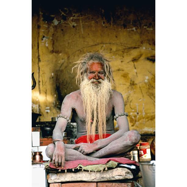 """<a href=""""http://viajeaqui.abril.com.br/paises/india"""" rel=""""Índia"""" target=""""_blank""""><strong>Índia</strong></a>    Em <a href=""""http://viajeaqui.abril.com.br/cidades/india-varanasi"""" rel=""""Varanasi"""" target=""""_blank"""">Varanasi</a>, nas escadarias às margens do Ganges - as ghats -, todos os dias acontecem banhos espirituais, cremações e as cerimônias dos sadhus. Estes homens sagrados que vagam pelas ruas da Índia, sem família, trabalho ou casa, vivem de doações. Nas ghats, chamam a atenção pela indumentária e pelas cores no corpo    <strong><a href=""""http://viajeaqui.abril.com.br/materias/os-mais-belos-cartoes-postais-da-india"""" rel=""""+ Taj Mahal, Khajuraho e Varanasi: um tour pelos clássicos da Índia"""" target=""""_blank"""">+ Taj Mahal, Khajuraho e Varanasi: um tour pelos clássicos da Índia</a></strong>"""