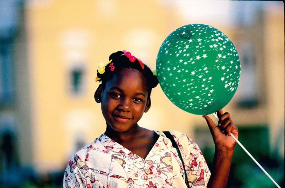 """<a href=""""http://viajeaqui.abril.com.br/paises/barbados"""" rel=""""Barbados"""" target=""""_blank""""><strong>Barbados</strong></a>As praias paradisíacas no mar azul do <a href=""""http://viajeaqui.abril.com.br/continentes/caribe"""" rel=""""Caribe"""" target=""""_blank"""">Caribe</a>, chamam a atenção de viajantes, mas eles também devem conhecer as celebrações religiosas nos domingos de manhã nas igrejas das pequenas vilas. Assim como ver as crianças jogando cricket e tomar o chá das 5 nos café tradicionais, heranças da colonização inglesa"""