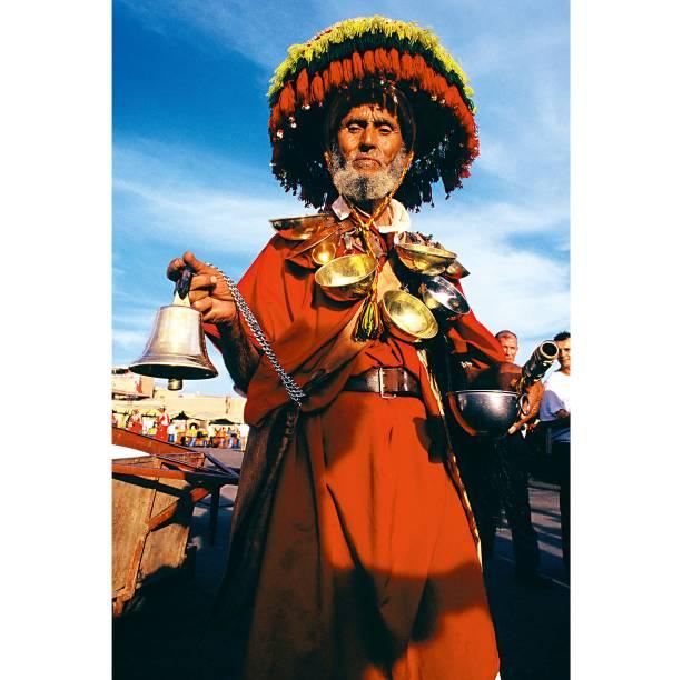 """<a href=""""http://viajeaqui.abril.com.br/paises/marrocos"""" rel=""""Marrocos"""" target=""""_blank""""><strong>Marrocos</strong></a>Para sentir o esplendor de Djemaa el-Fna, praça no Centro de <a href=""""http://viajeaqui.abril.com.br/cidades/marrocos-marrakesh"""" rel=""""Marrakesh"""" target=""""_blank"""">Marrakesh</a>, é preciso comprar água dos agueiros, comer nas barraquinhas, conversar com os faquires e se aproximar dos encantadores de serpente. No fim do dia, suba numa das muitas casas de chá, com suas varandas, e beba um chá marroquino vendo toda essa maluquice"""